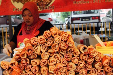 ramadhan 바자에서 쌓인 튀김 춘권 판매 에디토리얼