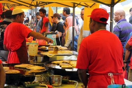 Stall workers preparing murtabak  at a ramadhan bazaar 新聞圖片