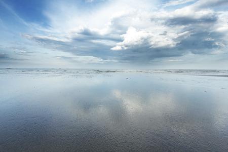 젖은 해안선에 구름의 반사 스톡 콘텐츠