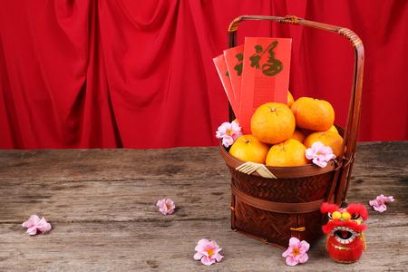 Mand van mandarijn sinaasappelen met Chinees Nieuwjaar decoraties