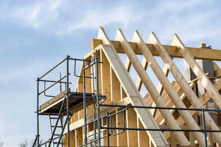 Drewniana rama dachu - więźba dachowa lub szkielet