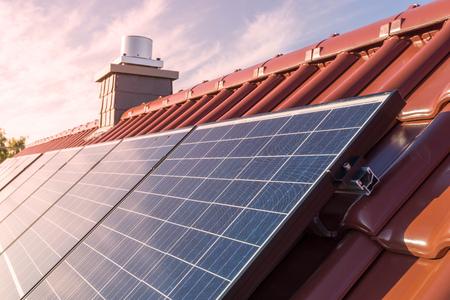 Pannelli solari o impianto fotovoltaico sul tetto di una casa Archivio Fotografico