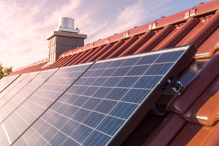 Zonnepanelen of fotovoltaïsche energiecentrale op het dak van een huis Stockfoto