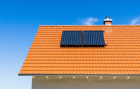 Czerwony dach pokryty dachówką z elektrownią słoneczną Zdjęcie Seryjne