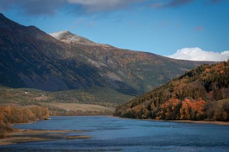 Mountain and lake view during autumn Zdjęcie Seryjne