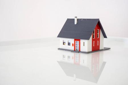 model house on a reflecting surface Zdjęcie Seryjne
