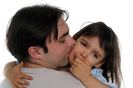 apoyo familiar: Ni�a llorando en el hombro de su padre