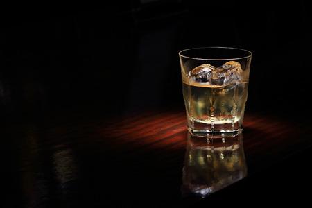 whisky de cristal en el mostrador de madera