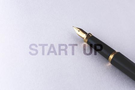 notitieboekje en vulpen op witte achtergrond Stockfoto