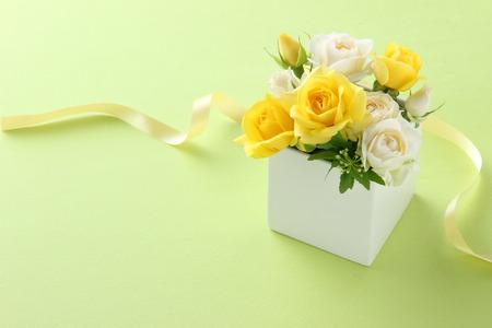flower gift on green background Foto de archivo