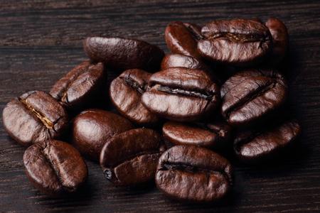 木のテーブルの上のコーヒー豆