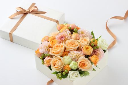 흰색 배경에 꽃 선물
