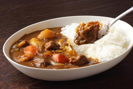 Curry japonés en la mesa de madera