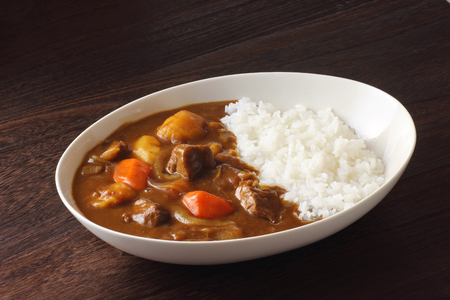 Japanese curry on wooden table 版權商用圖片 - 86108276