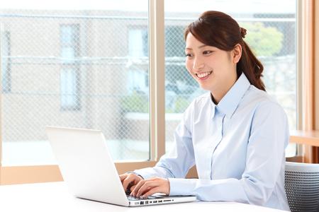 young asian woman using laptop Foto de archivo