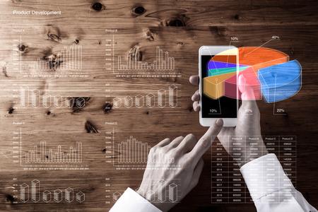 menselijke hand met behulp van de mobiele telefoon
