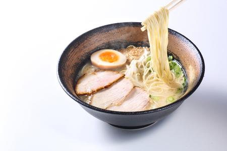 japoński makaron ramen na białym tle
