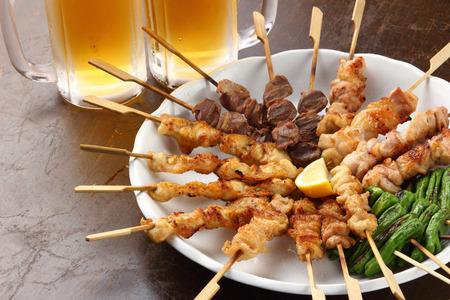 테이블에 맥주와 일본 요리