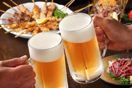 Japanische junge Leute Hände Toasten und Rauch Bierkrüge Standard-Bild - 93545227