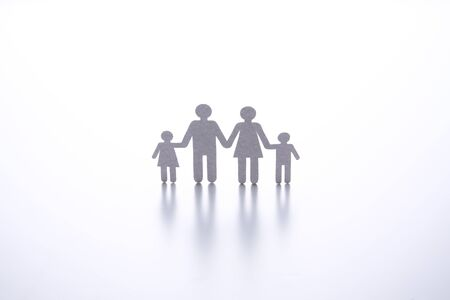 paper cut of family on white background Banque d'images