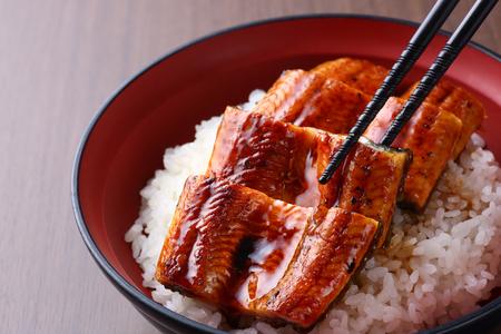 kom rijst gegarneerd met geroosterde paling