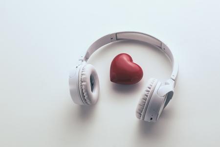Herz und Kopfhörer auf dem weißen Hintergrund