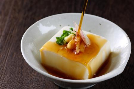 japońskie zimne tofu na drewnianym stole