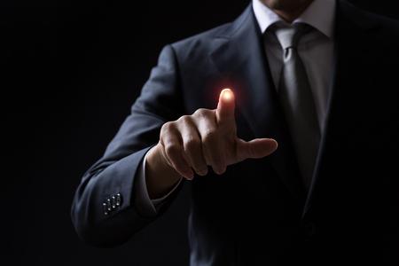 Homme d'affaires pointant sur quelque chose Banque d'images