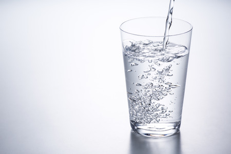 nalewanie wody do szklanki