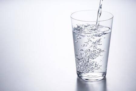 water in glas gieten