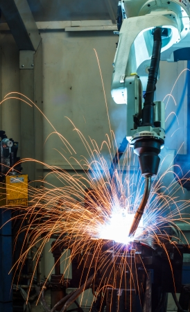assembly: Robots de soldadura en una fábrica de coches Foto de archivo