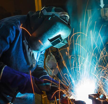 Mensen werken staal lassen