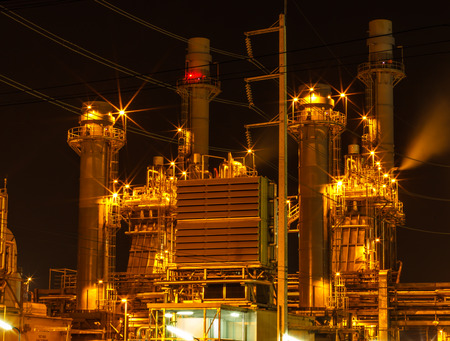 Kleine elektriciteitscentrale in de nacht.