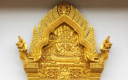 tallado en madera: Puerta de madera tallada en el templo, Tailandia