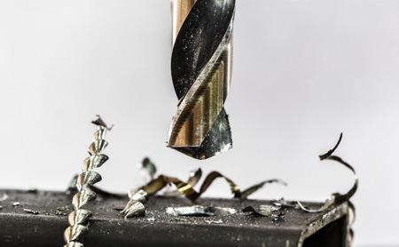 Boren van metalen close-up in metalen workshop Stockfoto