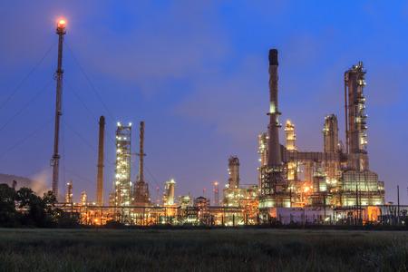 industria quimica: Planta de la refinería de petróleo en el cielo azul oscuro crepúsculo