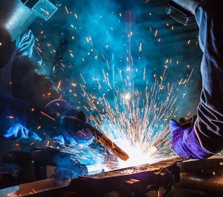 Teamwerk lasser staal in industriële Stockfoto