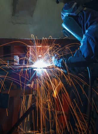 Industriële stalen lasser in de fabriek