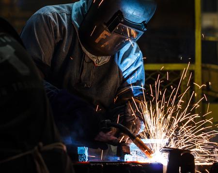 werknemer met beschermend masker lassen metaal