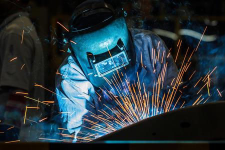 Soudeur acier industriel dans l'usine Banque d'images - 42780574