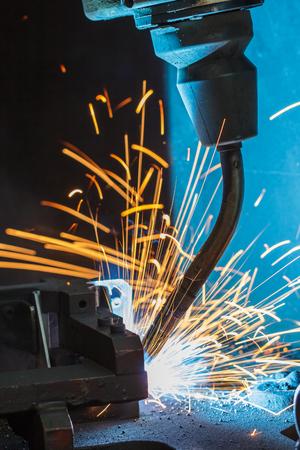 soldadura: robots de soldadura en una fábrica de coches
