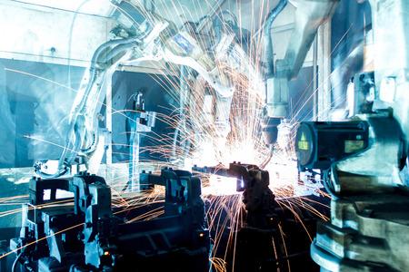Soldadura movimiento robots en una fábrica de coches