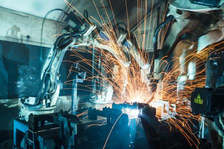 equipos: Soldadura movimiento robots en una fábrica de coches