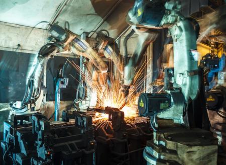 soldadura: Robots de soldadura representan el movimiento en la industria de piezas de autom�viles Foto de archivo