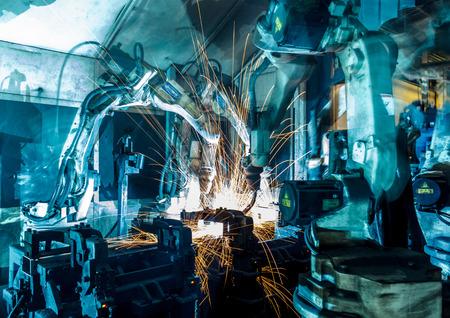 maquinaria pesada: Robots de soldadura Equipo representan el movimiento en la industria de piezas de automóviles Foto de archivo