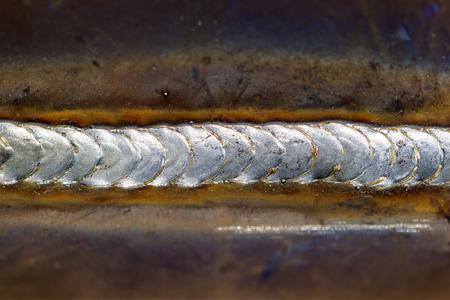 soldador: cordón de soldadura en soldadura de chapa de acero de metal de acero industrial en la fábrica