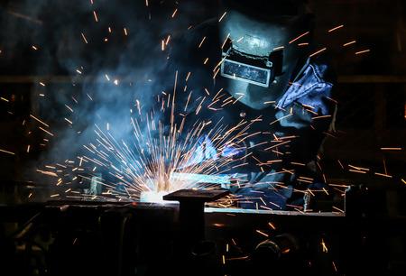 metales: Trabajador con la máscara protectora soldadura de metales