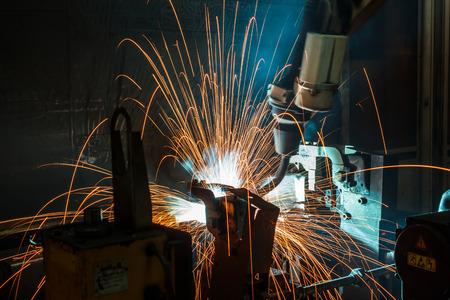 soldadura: El movimiento del robot de soldadura en una fábrica de piezas de automóviles.