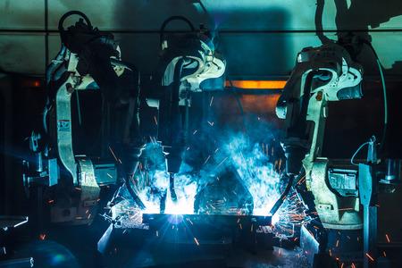 soldadura: El movimiento de los tres robots de soldadura soldadura f�brica de piezas de autom�viles.