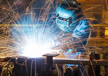 Pracownik z maską ochronną spawania metali